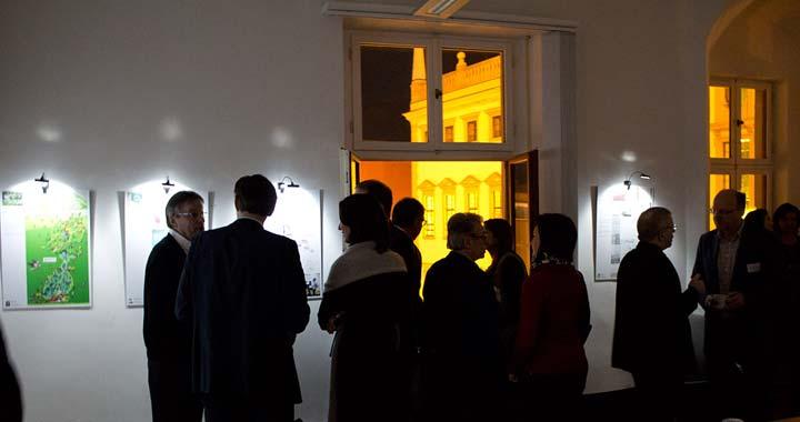 Besucher der Werkschau der Augsburger Illustratoren